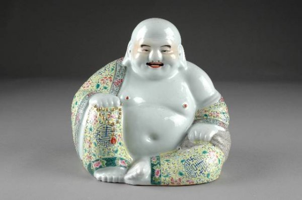 214: A CHINESE FAMILLE ROSE PORCELAIN BUDDHA, early 20t