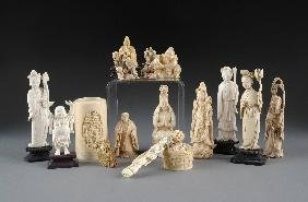 14: A GROUP OF SIXTEEN CHINESE CARVED IVORY PIECES, 19T