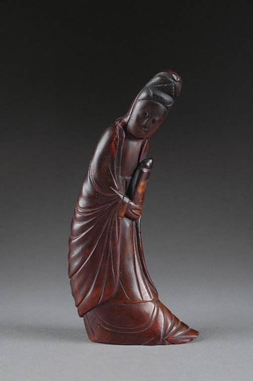 15: AN ANTIQUE CHINESE CARVED HORN FIGURE OF GUAN YIN,
