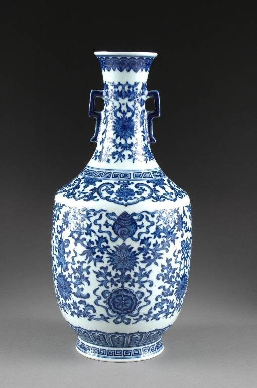 155: A CHINESE BLUE AND WHITE PORCELAIN VASE, 19TH/20TH