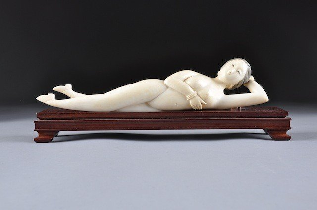 338: AN ANTIQUE CHINESE CARVED IVORY DOCTOR'S LADY,  sh