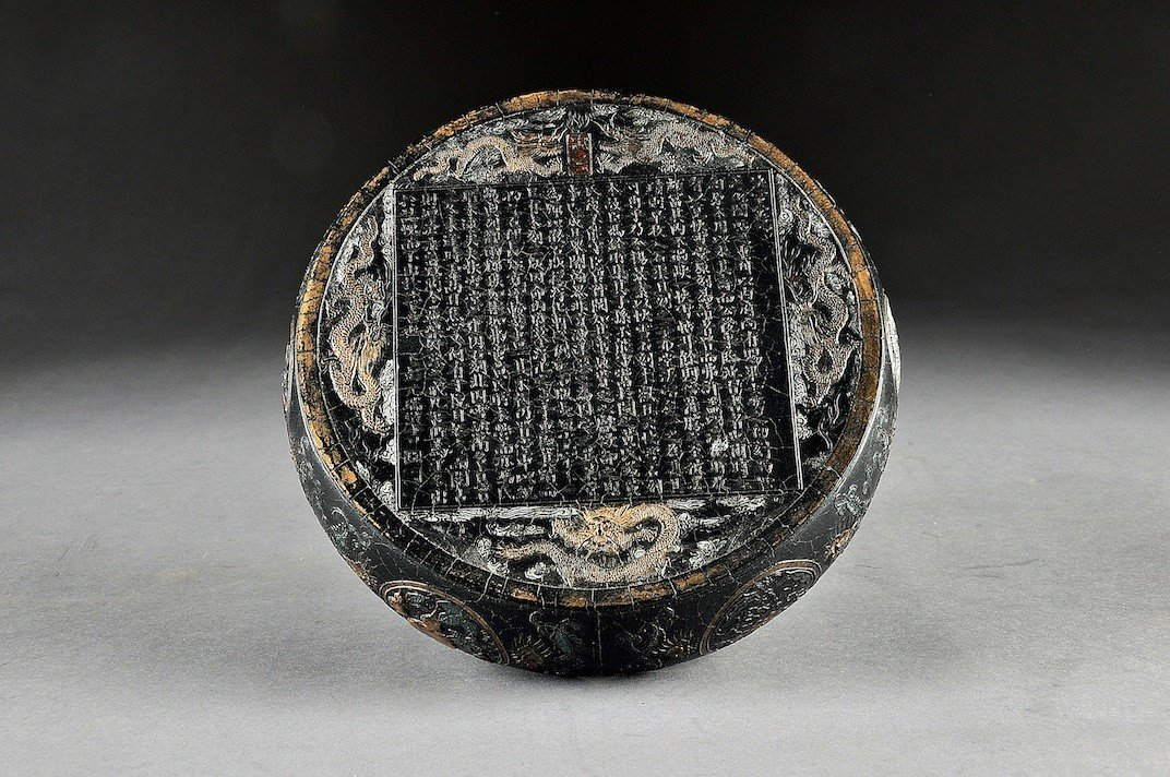 107: AN UNUSUAL AND FINELY DETAILED VINTAGE CHINESE INK