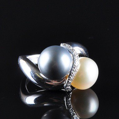 109: A 14K DOUBLE SOUTH SEA PEARL & DIAMOND LADY'S RING