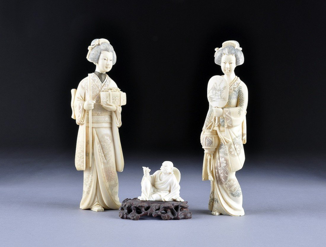 117: A PAIR OF VINTAGE JAPANESE CARVED IVORY FIGURES OF