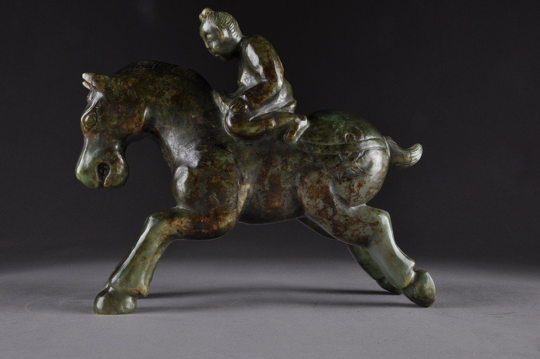 154: A CHINESE TANG DYNASTY STYLE CARVED MOTTLED GREEN