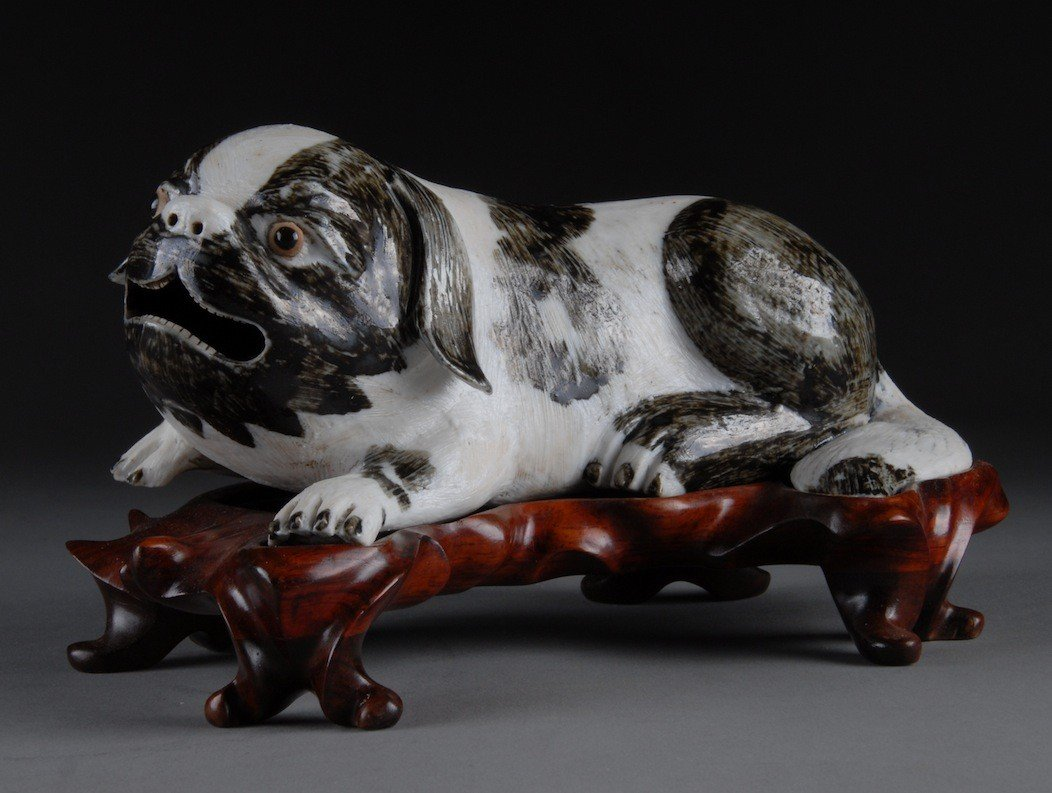 212: AN ANTIQUE CHINESE QIANLONG PORCELAIN DOG FIGURED