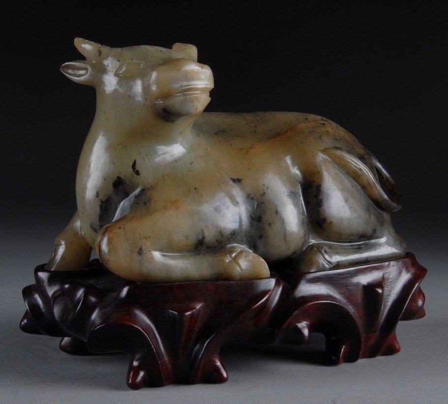 218: AN ANTIQUE CHINESE NEPHRITE JADE STUDY OF A RECUMB
