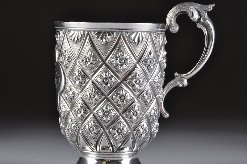 304: A VICTORIAN ENGLISH REPOUSSÉ STERLING CUP, MAKER'S - 2