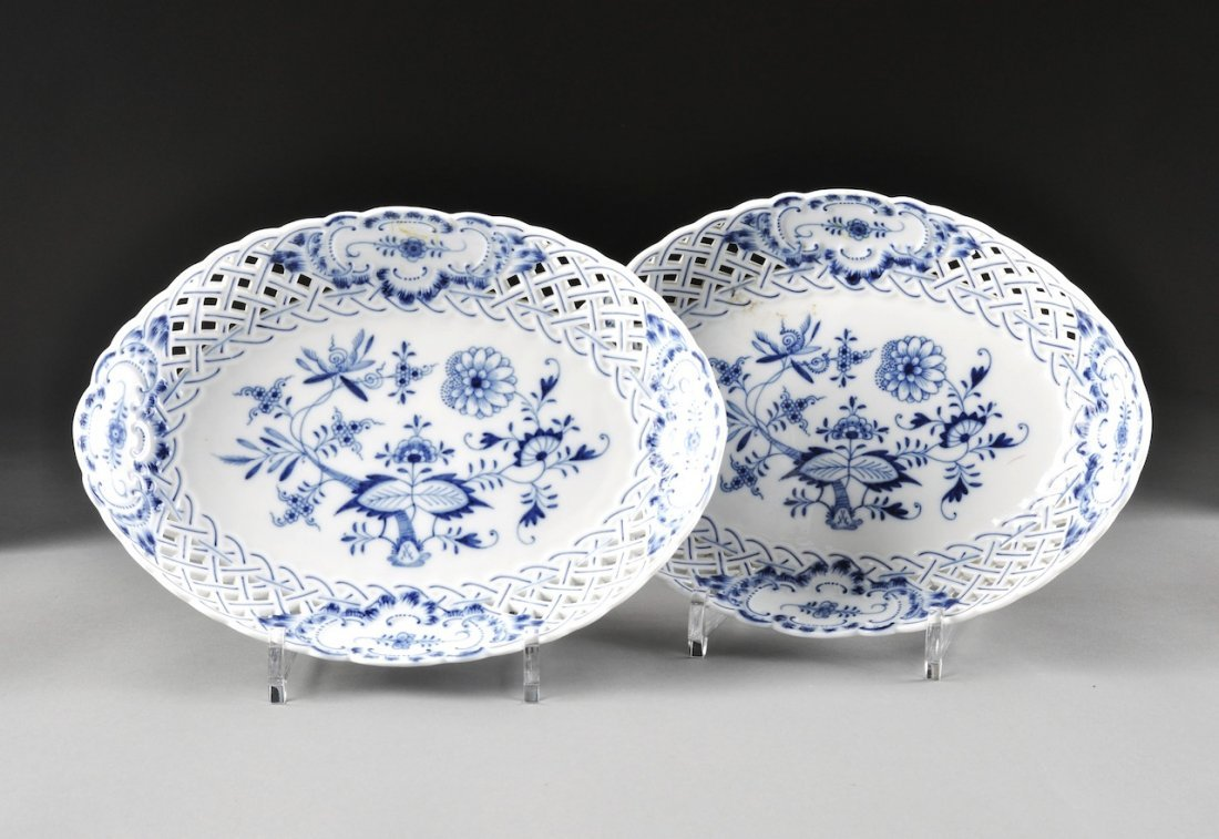 A PAIR OF MEISSEN BLUE ONION GRADUATED AND PIERCED SERV