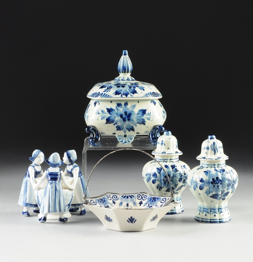 A GROUP OF FIVE DUTCH DELFT BLUE AND WHITE WARES, 20TH