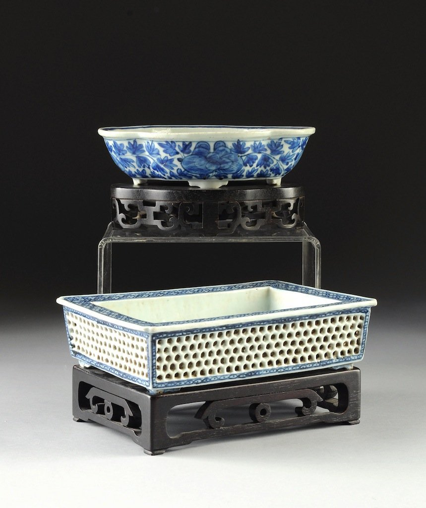 TWO DIMINUTIVE VINTAGE CHINESE BLUE AND WHITE PORCELAIN