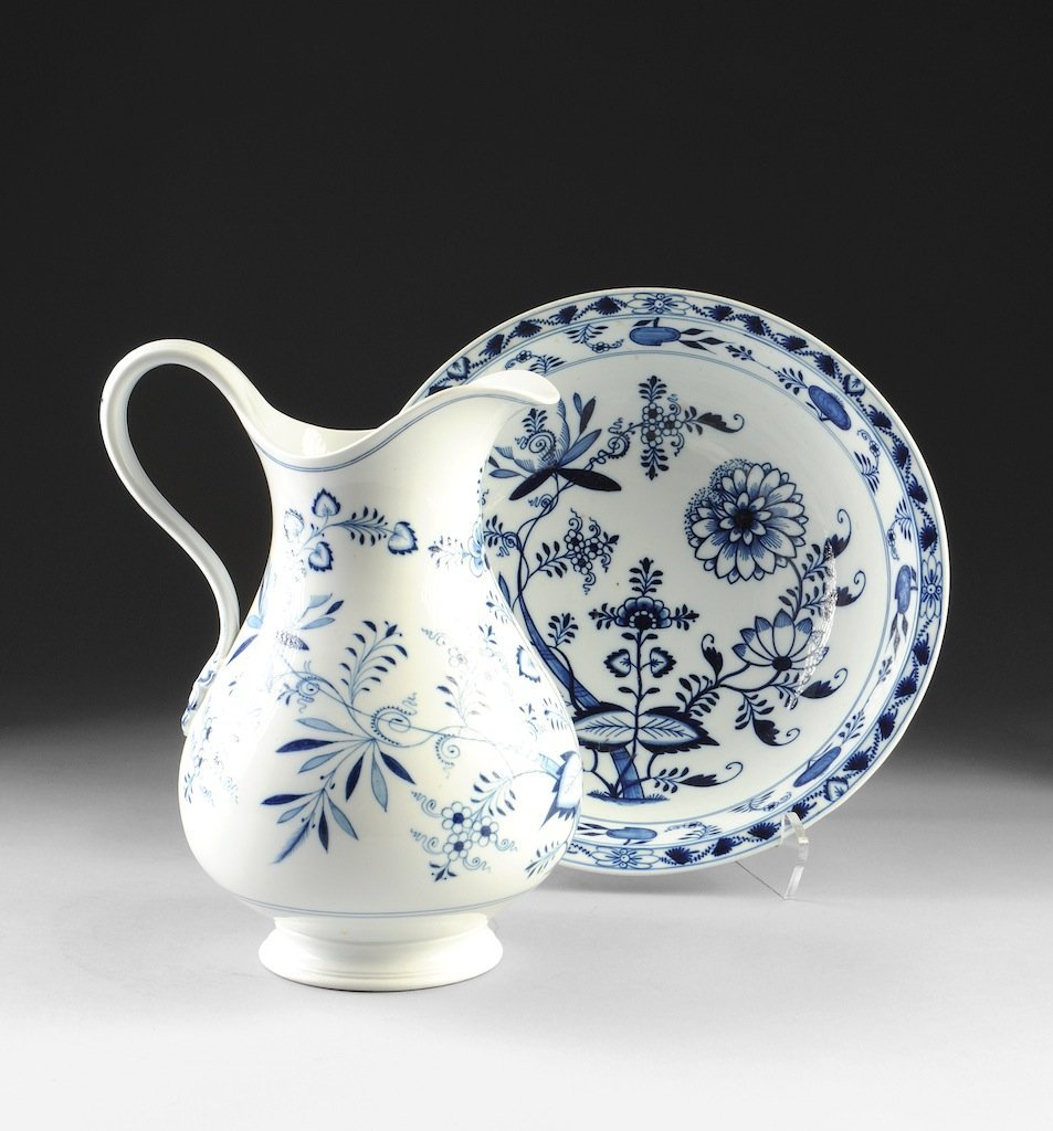 A MEISSEN BLUE ONION PITCHER AND BASIN, BLUE CROSSED SW