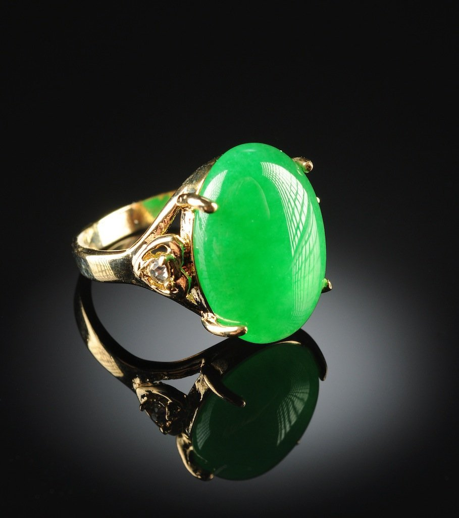 A 14K GOLD PLATED AND APPLE GREEN JADE LADY'S RING, the