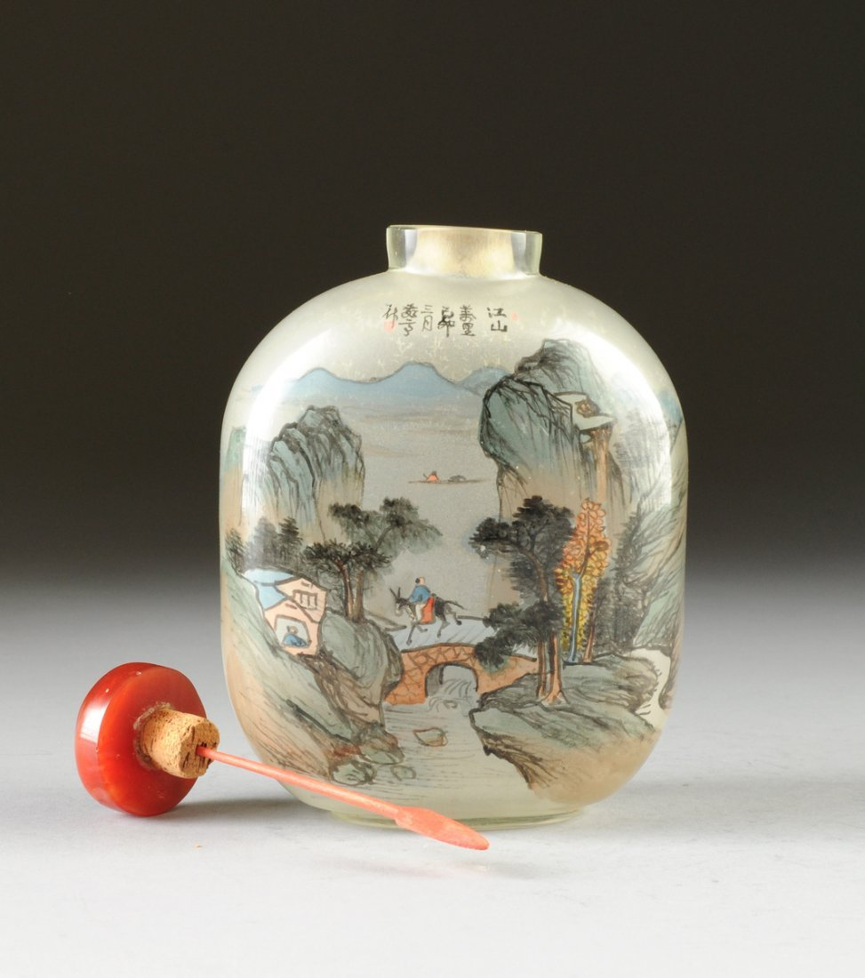 A LARGE CHINESE INTERNALLY PAINTED SMOKED GLASS SNUFF