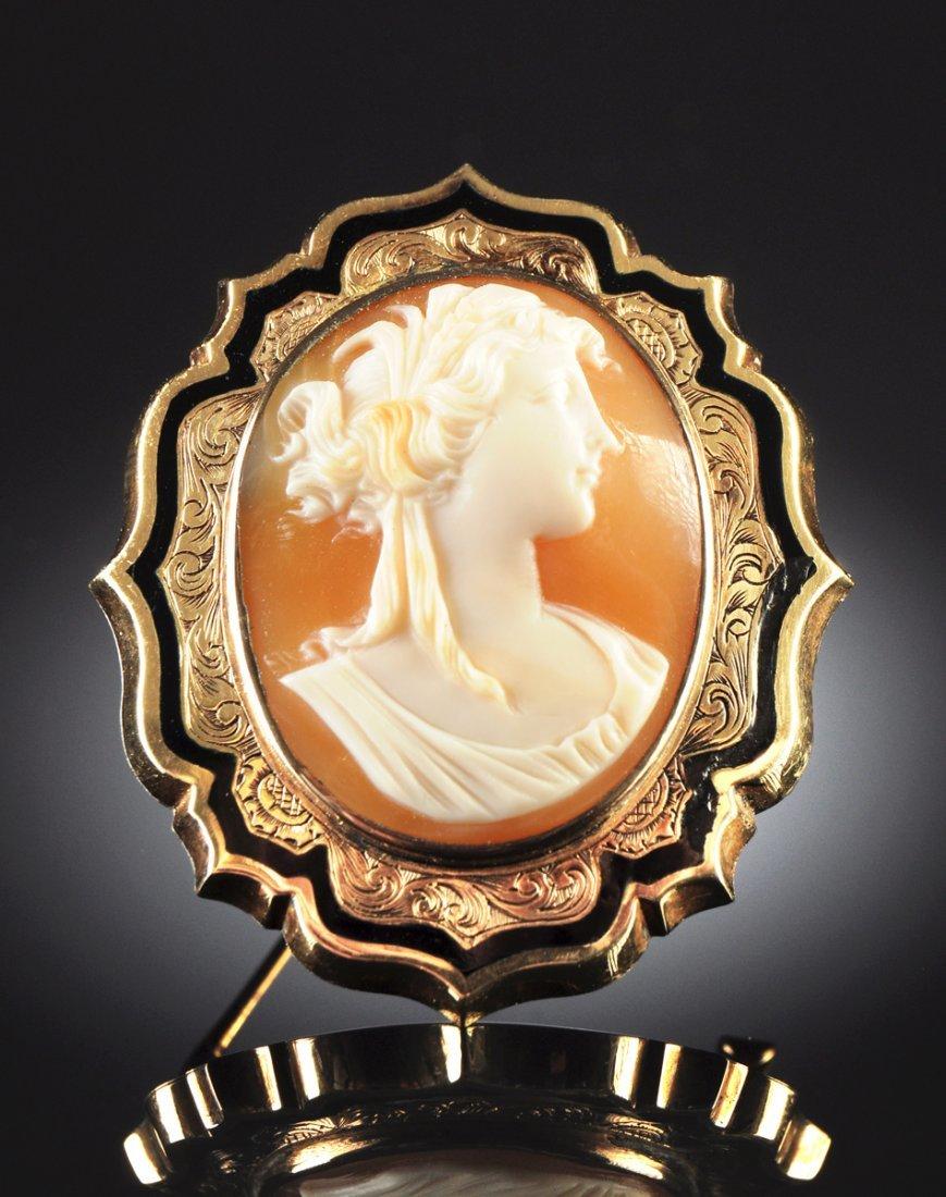 AN ANTIQUE 14K YELLOW GOLD LADY'S CAMEO PIN, CIRCA