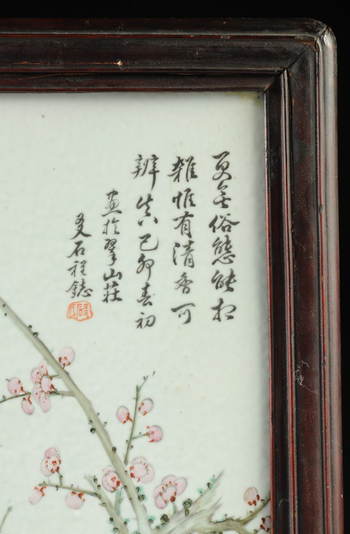 A VINTAGE CHINESE FAMILLE ROSE PORCELAIN PLAQUE MOUNTED - 3