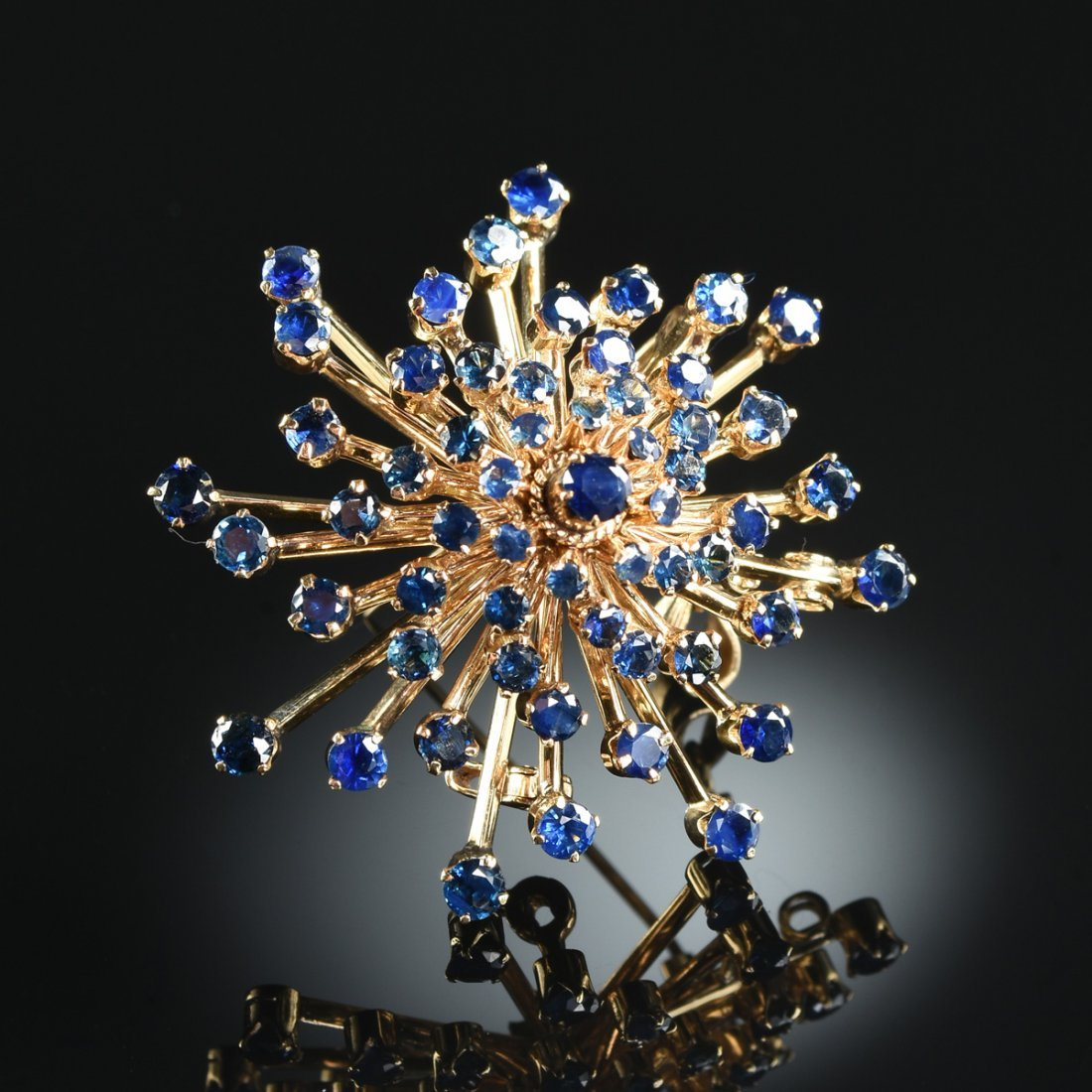 AN 18K YELLOW GOLD AND SAPPHIRE LADY'S BROOCH/PENDANT,