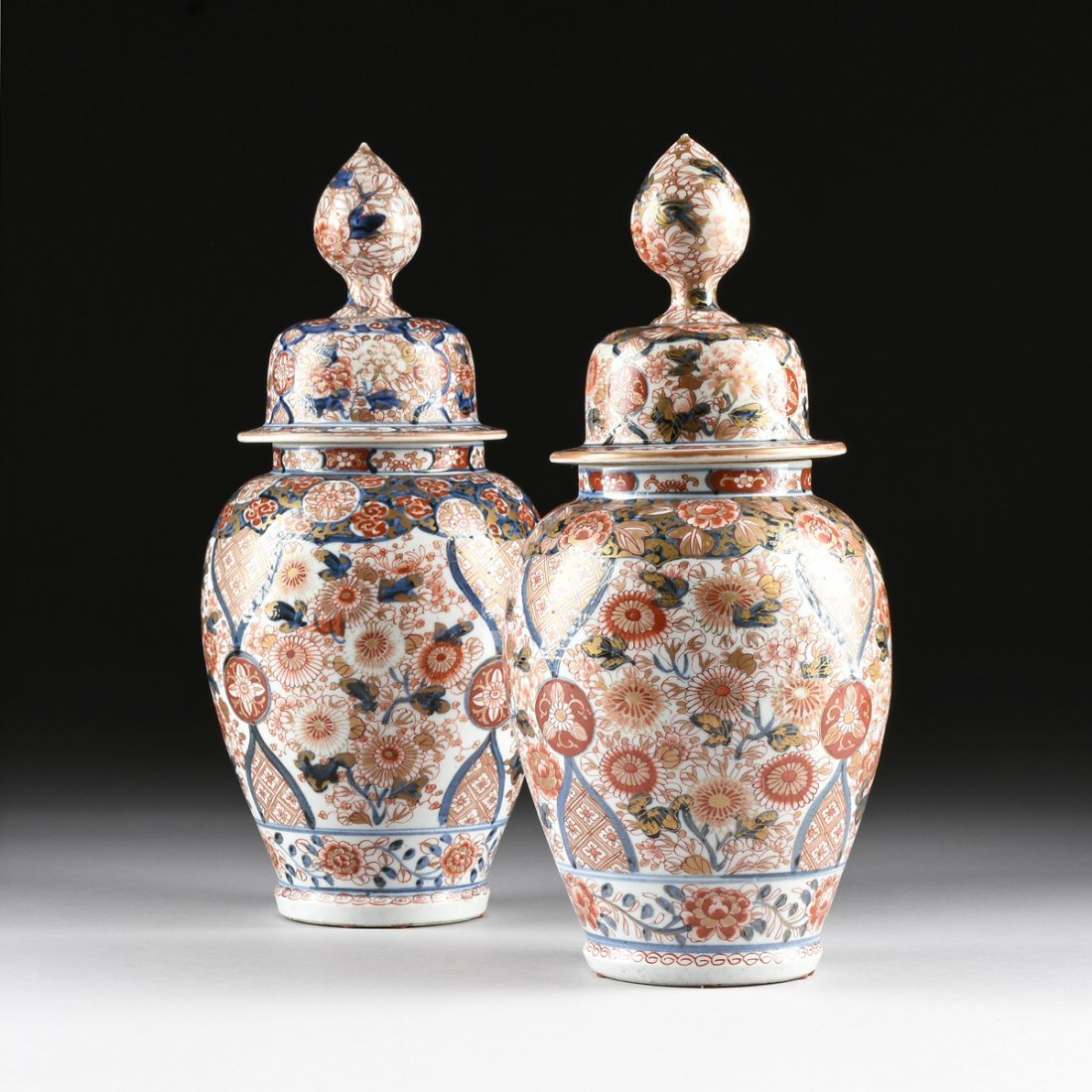 A MATCHED PAIR OF CHINESE IMARI PORCELAIN LIDDED JARS,