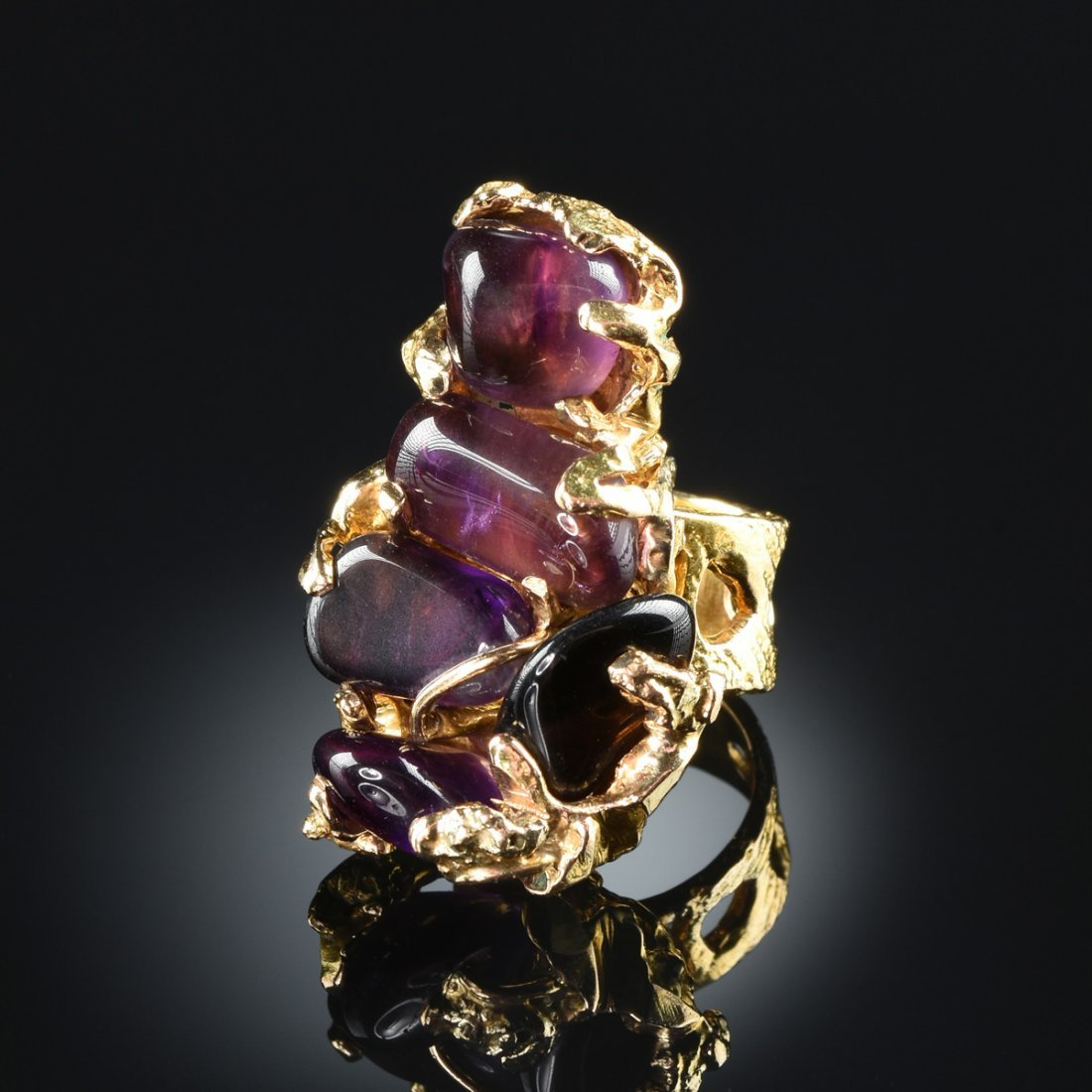 A 14K YELLOW GOLD CRAB SHAPED AMETHYST RING,