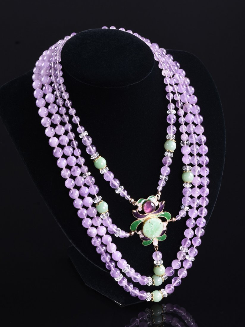A MULTI STRAND BEADED NECKLACE,