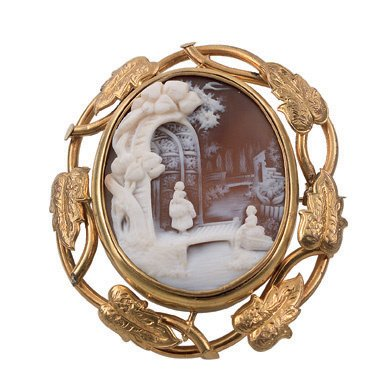 5:  A VICTORIAN SHELL CAMEO BROOCH, FINELY CARVED TO DE