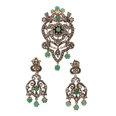23:  AN EMERALD AND DIAMOND BROOCH AND EARRING SUITE, T