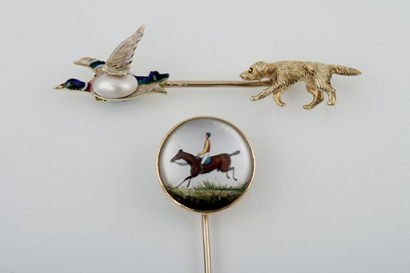 35:  AN EDWARDIAN HUNTING JABOT PIN, THE ENAMEL AND PEA