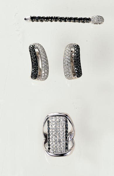 16: A PAIR OF EARCLIPS, RING AND PENDANT - GAVELLO