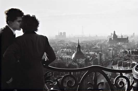 8: WILLY RONIS Les amoureux de la Bastille, Paris, 1957