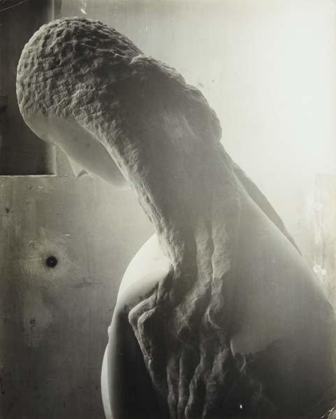 36: CONSTANTIN BRANCUSI, Femme se regardant dans un mir