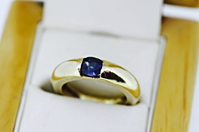18K GOLD AND BLUE SAPPHIRE RING
