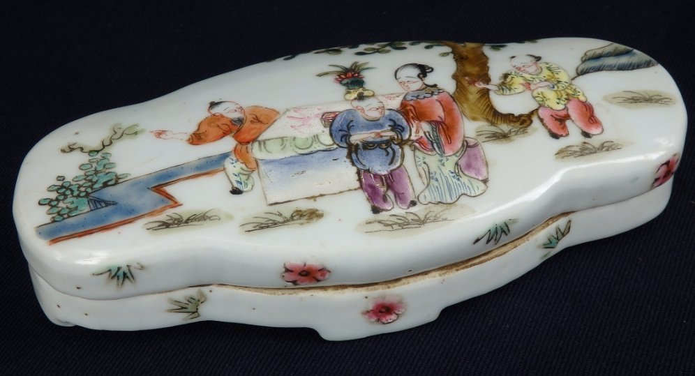 Antique Tongzhi period famille-rose cover box
