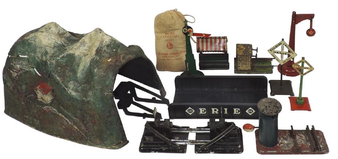 Toy train accessories (11), Marx tunnel & bridge,