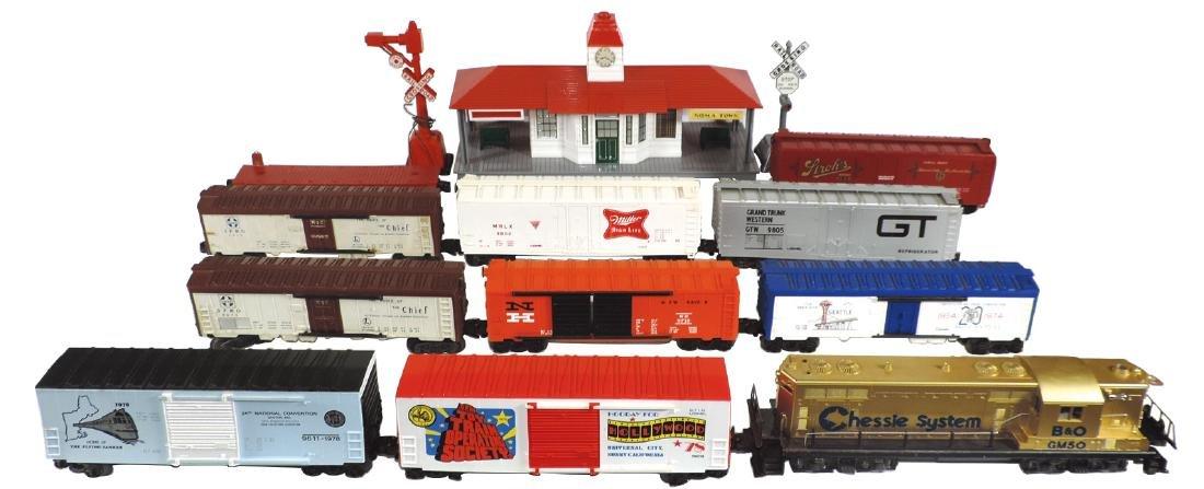 Toy train, depot & 2 crossing signals (14 pcs), Lionel