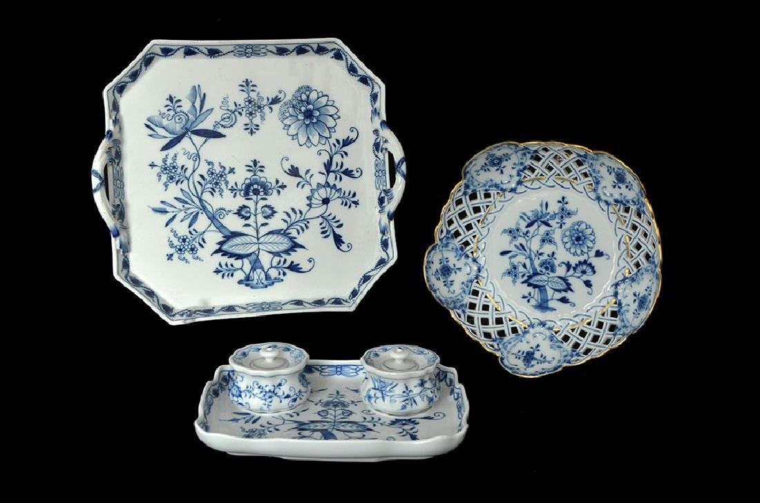 AN ASSORTMENT OF MEISSEN BLUE AND WHITE PORCELAIN