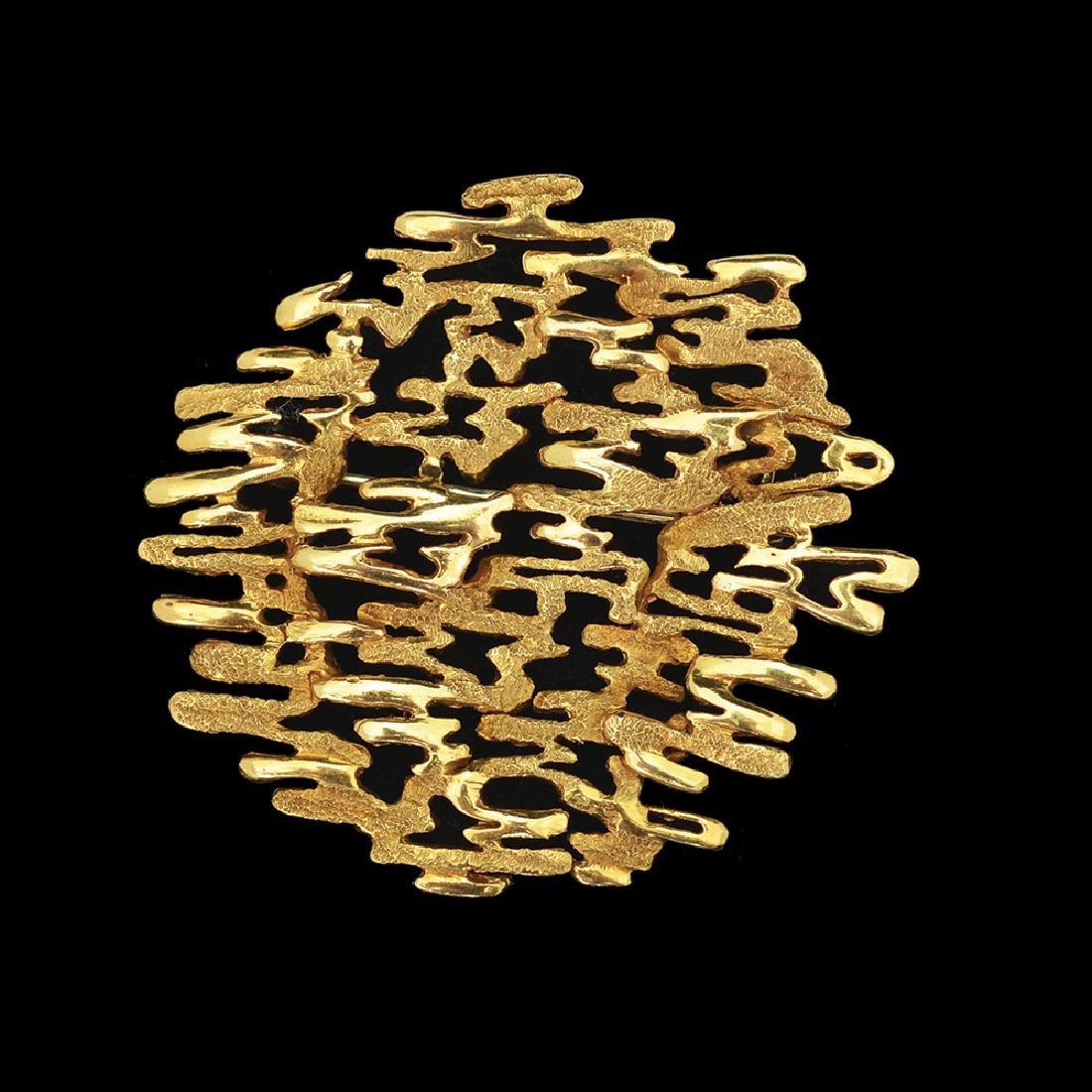 AN 18K GOLD BROOCH