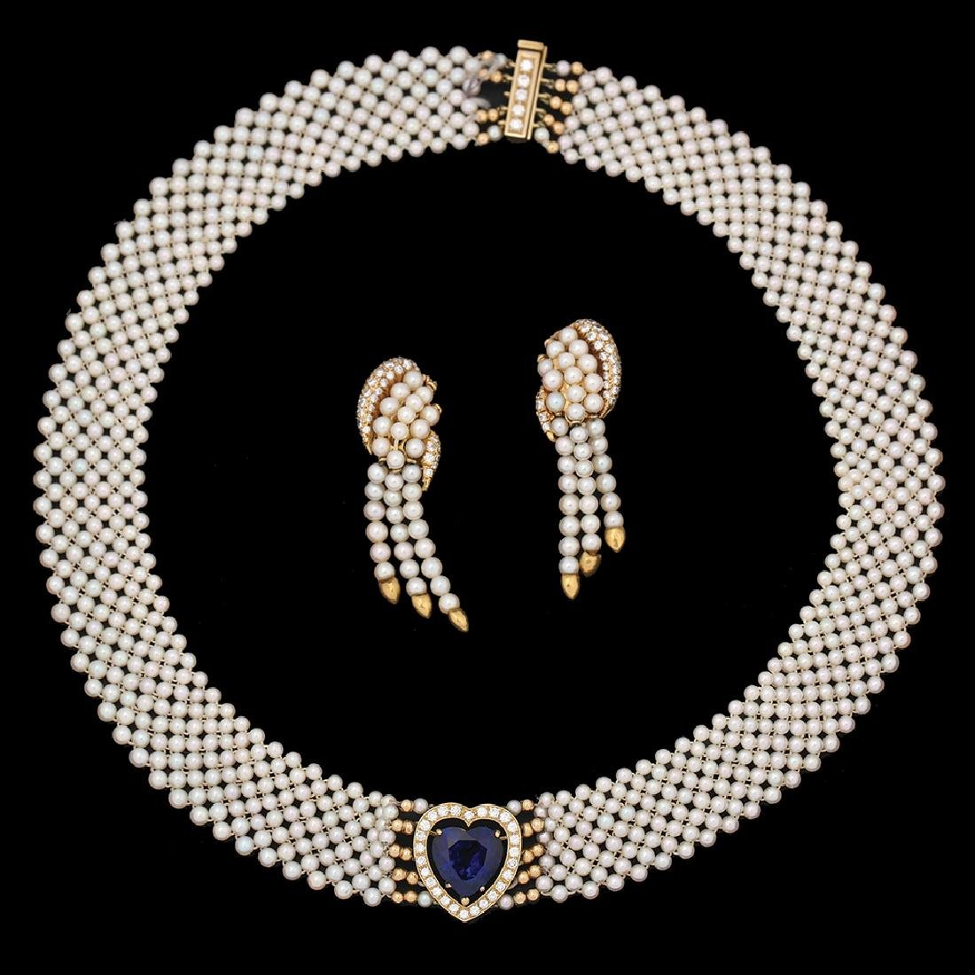 AN 18K GOLD PEARLS NECKLACE AND PAIR OF EARRINGS