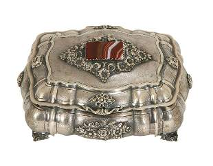 AN ITALIAN SILVER BOX INSET WITH AGATHE