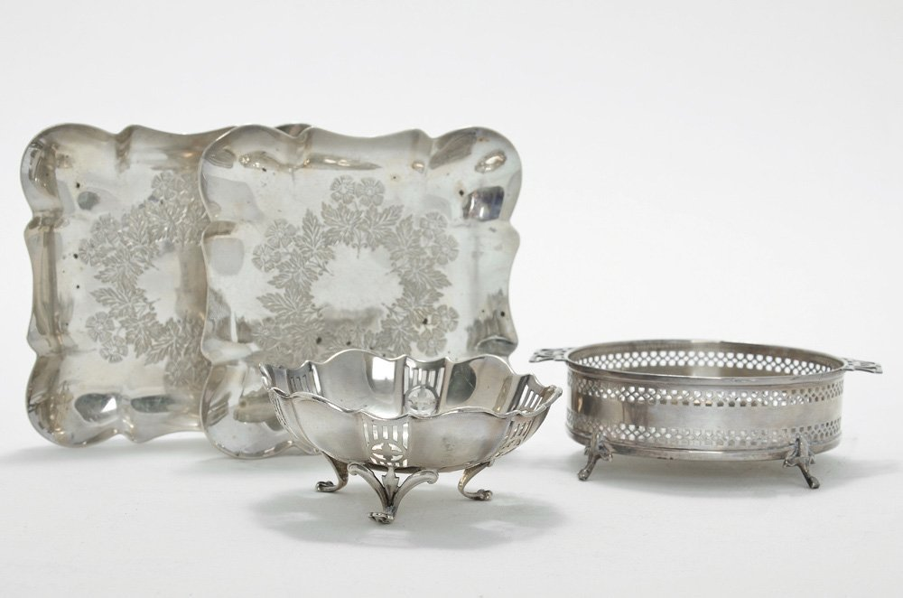 A LOT CONSISTING OF FOUR ENGLISH SILVER ITEMS