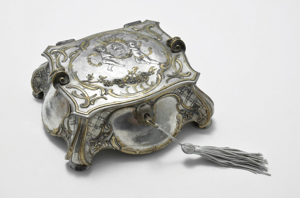 A SILVER PLATED JEWELRY BOX DECORATED WITH ROCOCO STYLE