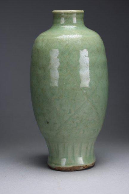 A Chinese Longquan celadon-glaze vase,Yuan/ Ming dynast