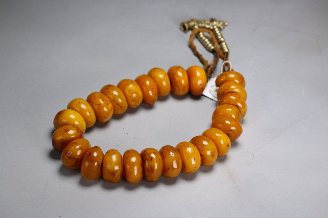 A Chinese Natural Amber Necklace