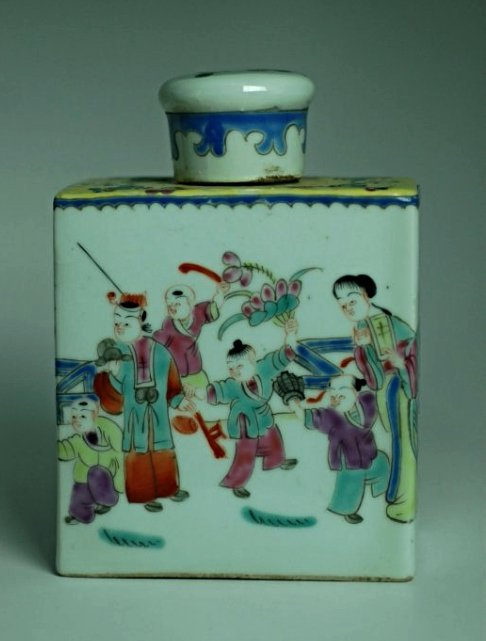 A Chinese polychrome porcelain tea caddie