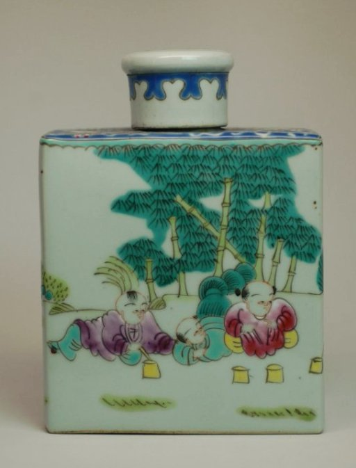 A Chinese polychrome porcelain tea caddie,19th century