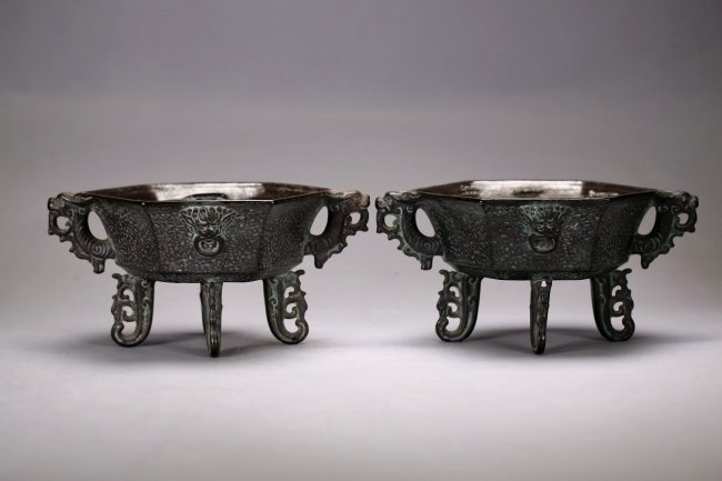 a pair of bronze-imitation incense burners.Qin dynasty