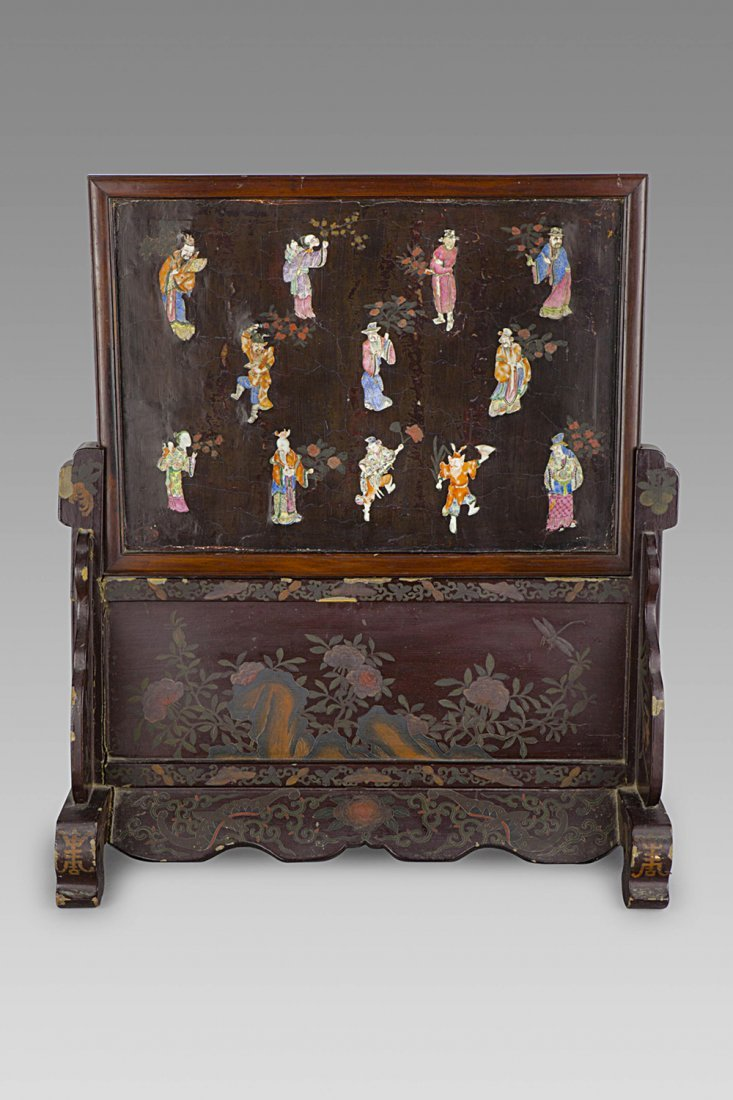 A WOOD SCREEN WITH FAMILLE ROSE PORCELAIN FIGURES,