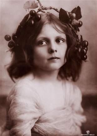 Unknown photographer - Mädchen mit Kirschenkranz,