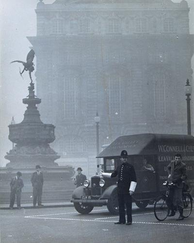16C: Wolfgang Suschitzky London Fog, Piccadilly, 1937