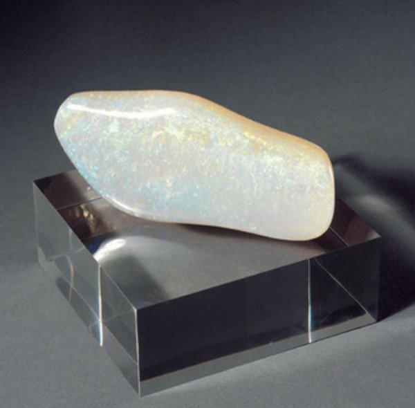 8A: A LARGE WHITE-COLOURED OPAL SPECIMEN