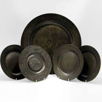 475: Five pewter plates and jug with pewter lid